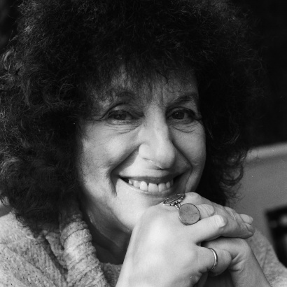 Black and white photo of poet Elaine Feinstein smiling.