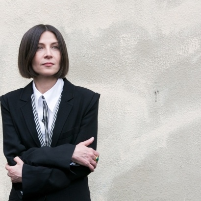 A photograph of the writer Donna Tartt